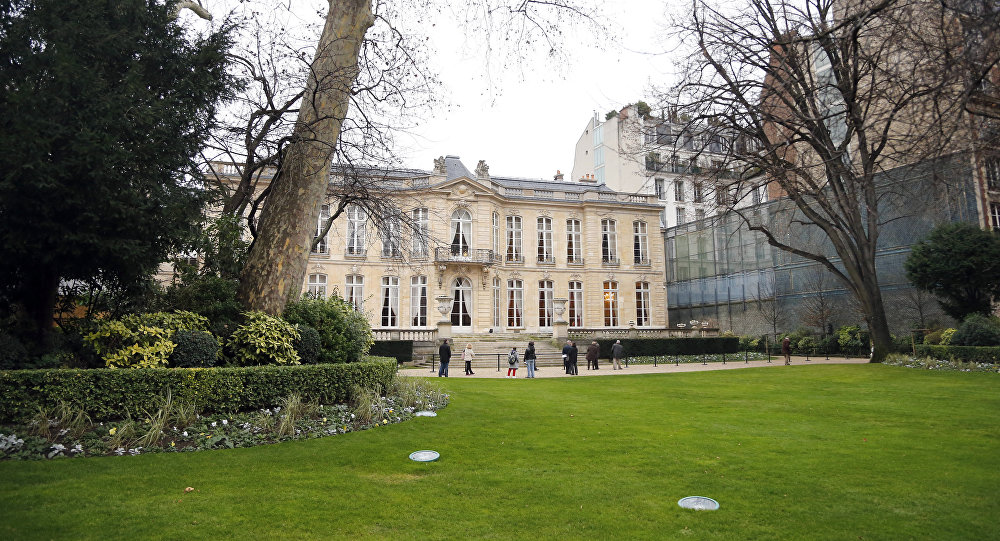 People visit the French Prime minister residency Hotel Matignon's garden, on January 5, 2013 in Paris.