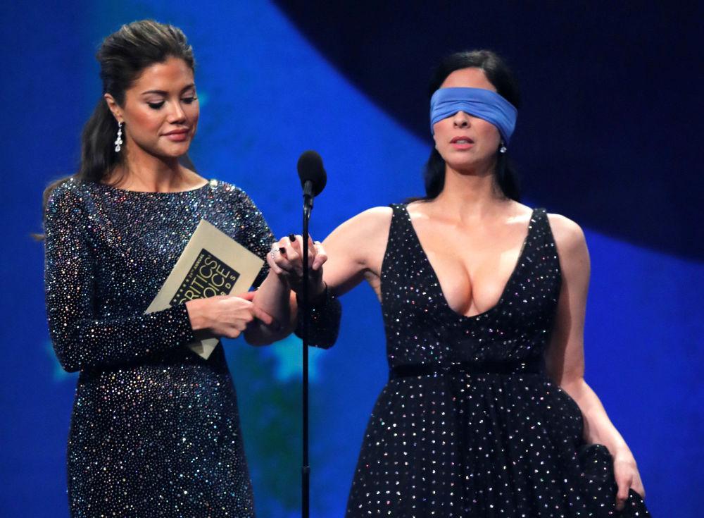 Актриса Сара Сильверман объявляет победителя премии Critics Choice Awards