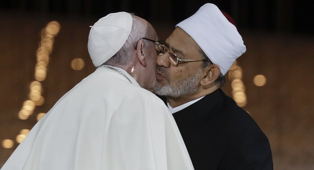 Pope Francis Hugs Sheikh Ahmed el-Tayeb, the Grand Imam of Egypt's Al-Azhar