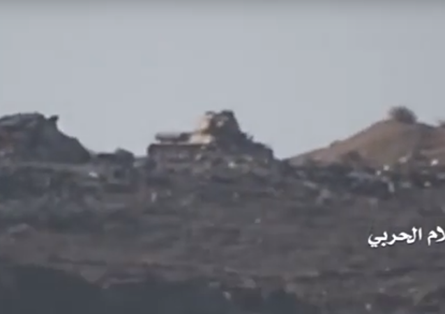 Yemeni government forces T-34-85 fired upon by Houthi militia.
