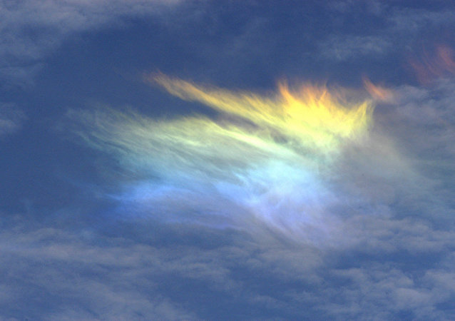 sky phenomena that occur as the result of sunlight being refracted by the ice crystals in cirrus clouds