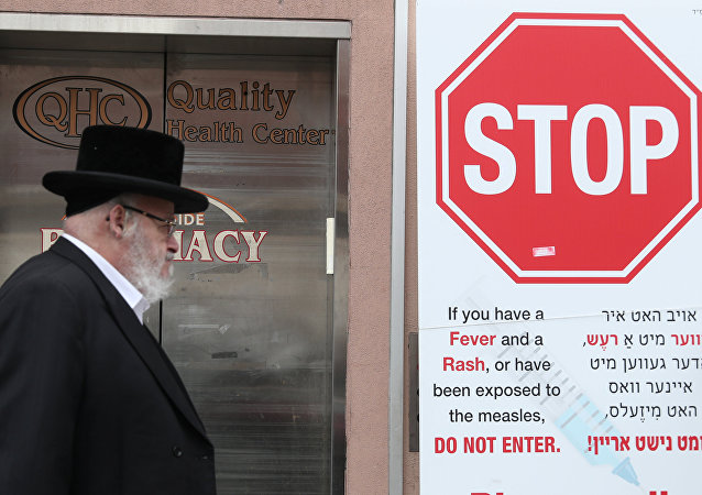 Signs warn people of measles in the ultra-Orthodox Jewish community of Williamsburg
