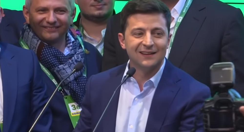 Volodymyr Zelensky, ancien comédien et humoriste, élu président de l'Ukraine il y a un mois, a été investi lundi. Lors de son discours d'investiture, il a mis l'accent sur le conflit dans l'est du pays et annoncé la dissolution du Parlement.
