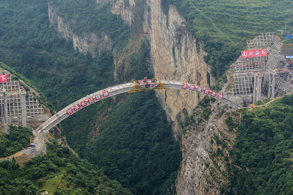 Construction of the main structure of the Jimingsansheng Bridge which will unite southwest China's Yunnan, Guizhou and Sichuan provinces.