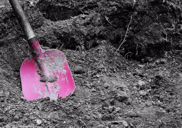 Grave shovel
