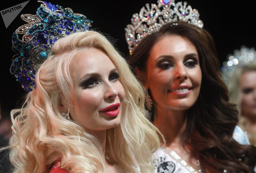 The winners of Mrs Russia 2019 (left) and Mrs Russia Globe 2019 (right).