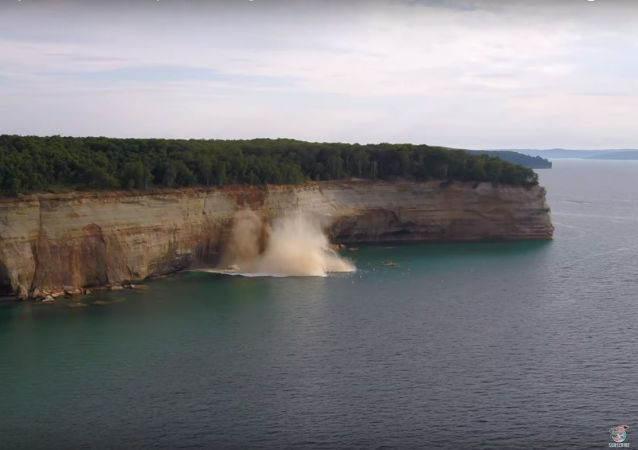 Kayakers avoid a cliff collapse