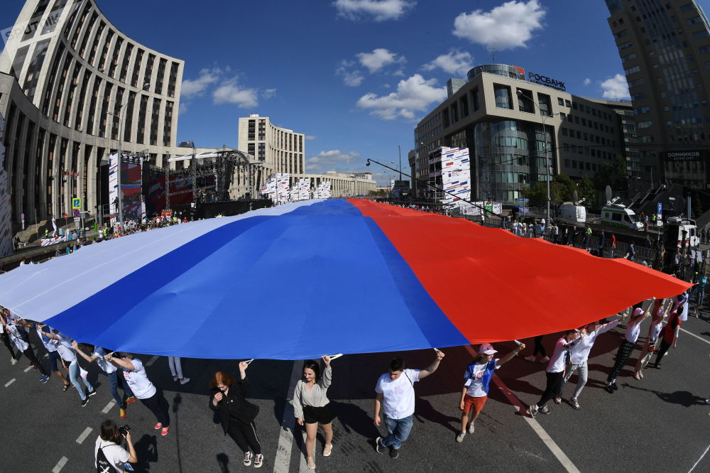 Flash mob participants during the Russian National Flag Day in Moscow