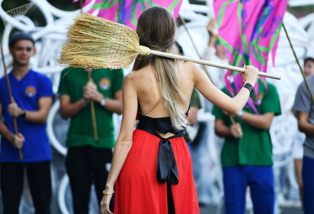 A lady taking part in the Alushta.Green festival of contemporary culture and environment