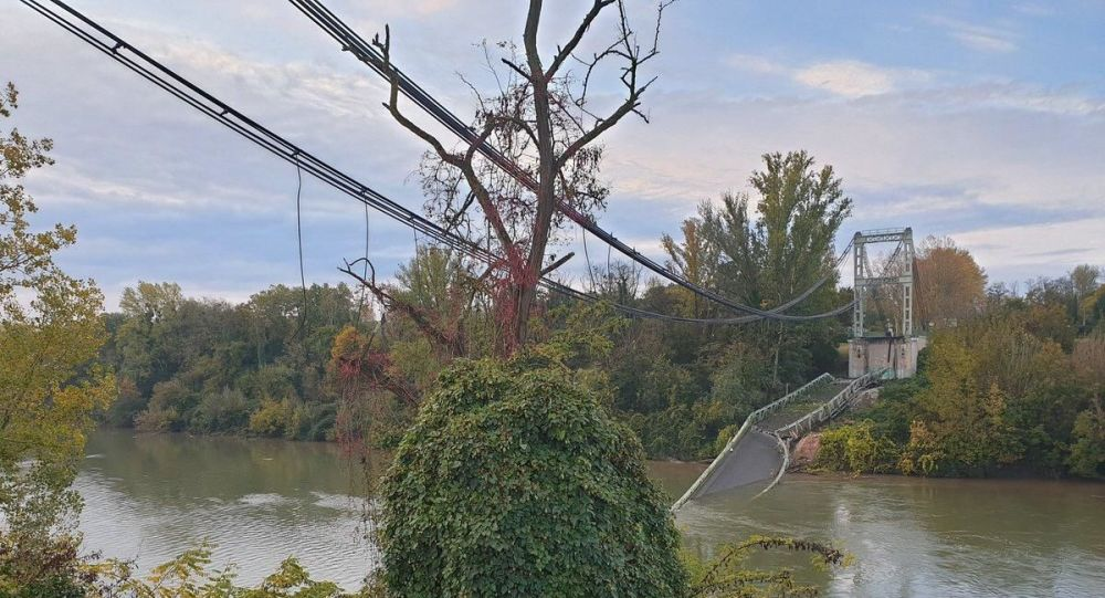 A bridge collapses north of Toulouse