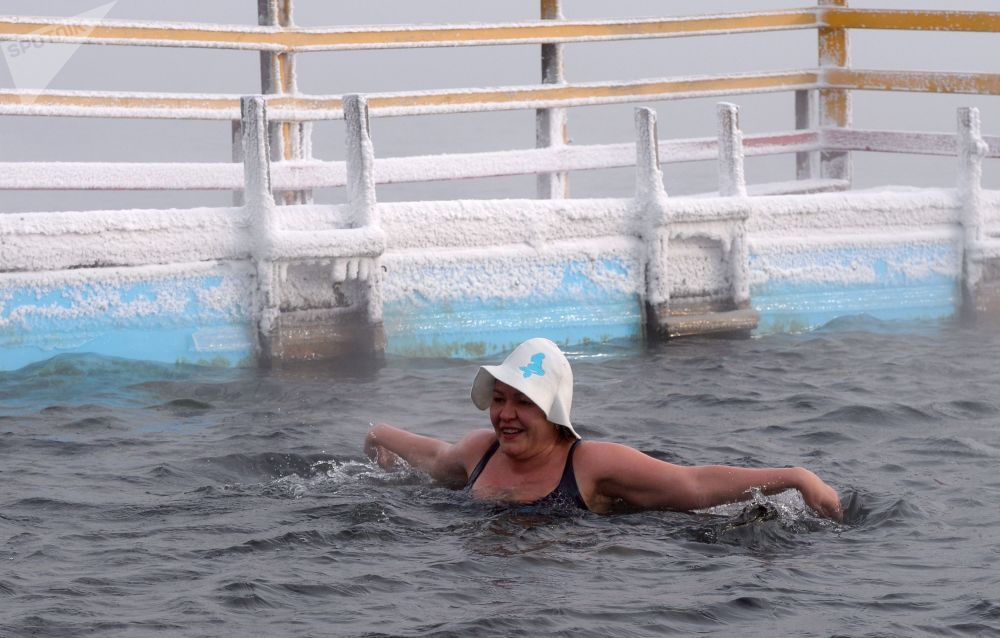 A woman enjoys ice water swimming