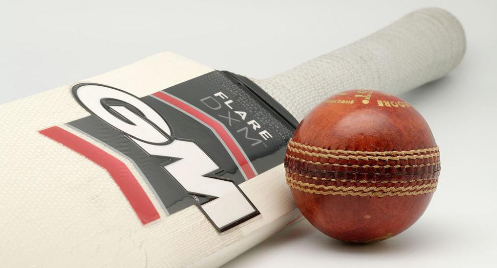 A Gunn & Moore Flare DXM bat (Harrow size) and a Gunn & Moore Purist 156g cricket bal