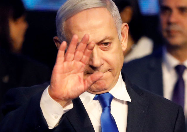 Israeli Prime Minister Benjamin Netanyahu waves after addressing members of his right-wing party bloc at a conference in Tel Aviv, Israel November 17, 2019. REUTERS/Nir Elias