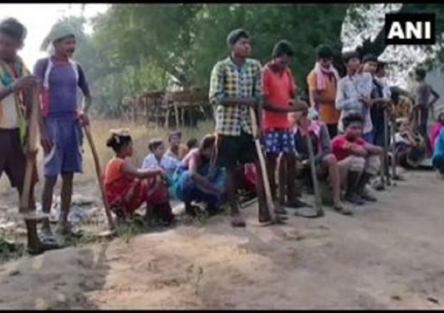 Chhattisgarh:Locals of Naxal-affected village  Palamadgu in Sukma build road themselves for better connectivity