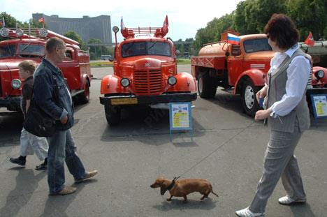 Moscow hosts retro car and bus expo