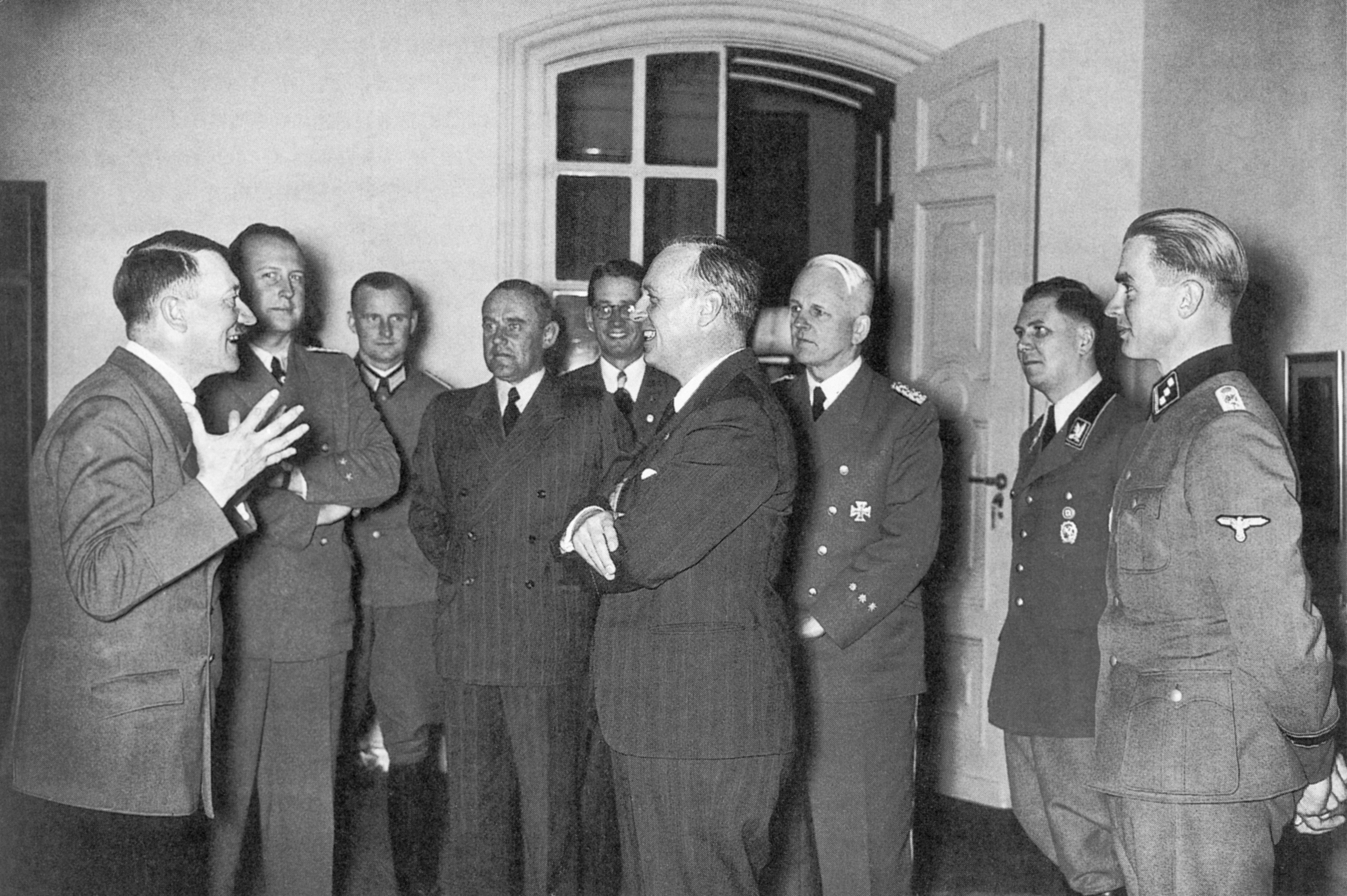 Фюрер Адольф Гитлер и глава МИД Германии Иоахим фон Риббентроп