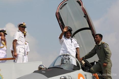 Министр обороны Индии А.К.Энтони в кабине российского палубного истребителя МиГ-29К