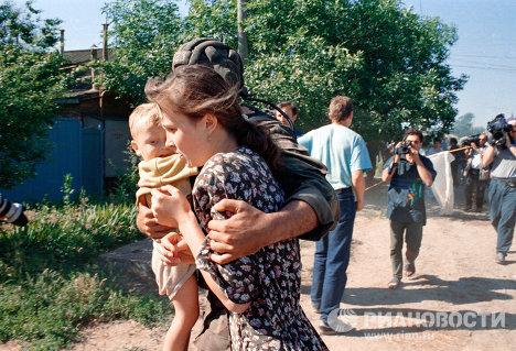 Мать с ребенком после освобождения из буденновской больницы