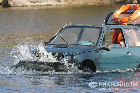 Калининградский умелец преоборудовал автомобиль Ока в моторную лодку