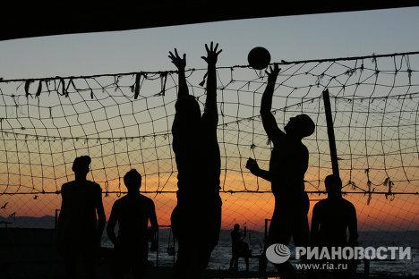 Жители Владивостока играют в волейбол