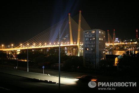 Вид на мост через бухту Золотой Рог с мыса Чуркин во Владивостоке