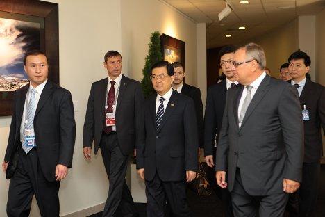 Председатель КНРеспублики Ху Цзиньтао и председатель правления ВТБ Андрей Костин на саммите АТЭС