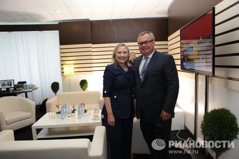 Госсекретарь США Хиллари Клинтон и председатель Делового саммита АТЭС 2012, президент-председатель правления банка ВТБ Андрей Костин