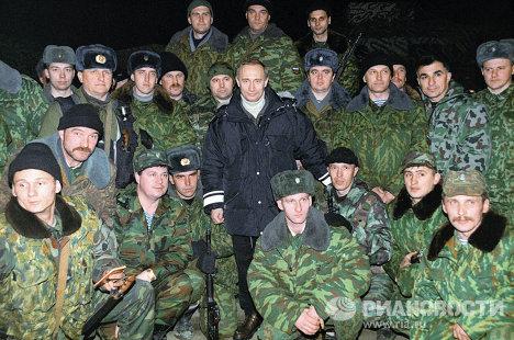 В.Путин с российскими военными в Чечне