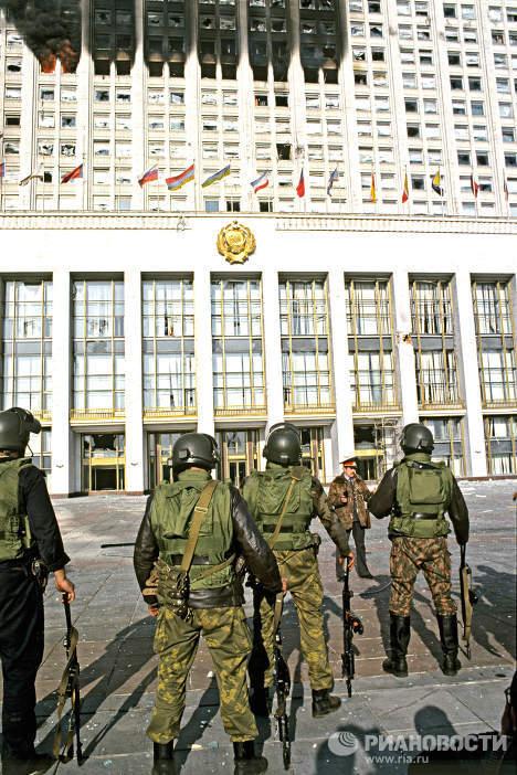Правительственные войска у Дома Советов РФ. Архив