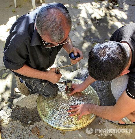 Ремесленники предприятия мастеров народного искусства Усто-Зода во время работы