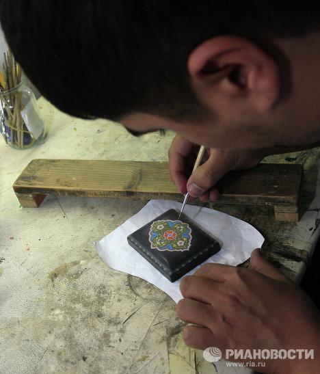 Ремесленник в мастерской Медресе Абдулкасым-Шейх во время работы