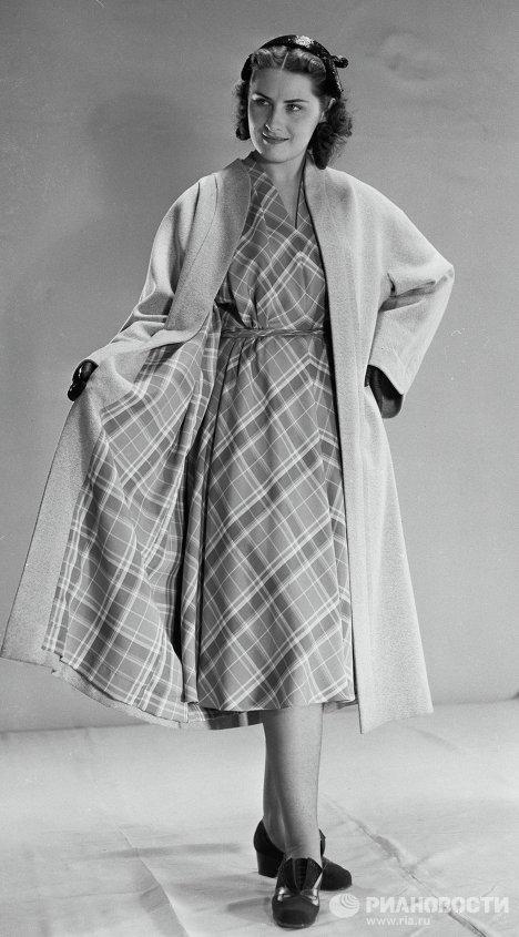 Демонстрация пальто из серого трико и платья из тафты