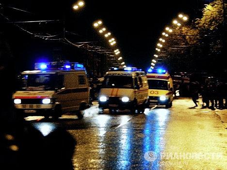 Автомобили скорой помощи спешат на помощь к пострадавшим после штурма Театрального центра на Дубровке