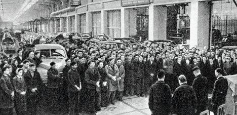 Работники автозавода собрались на траурный митинг в момент похорон Иосифа Сталина