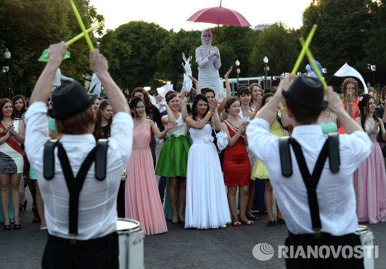 Выпускники московских школ на праздновании Дня выпускника в парке Горького