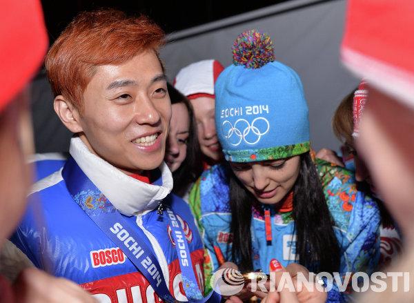 Виктор Ан (Россия), завоевавший золотую медаль в забеге на 1000 метров в соревнованиях по шорт-треку среди мужчин на XXII зимних Олимпийских играх в Сочи