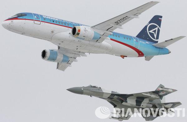 Новый гражданский пассажирский самолет Sukhoi SuperJet-100 (вверху) в сопровождении истребителя Су-35 (внизу)