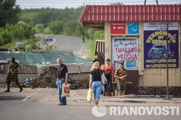 Местные жители у блокпоста ополченцев в поселке Семеновка