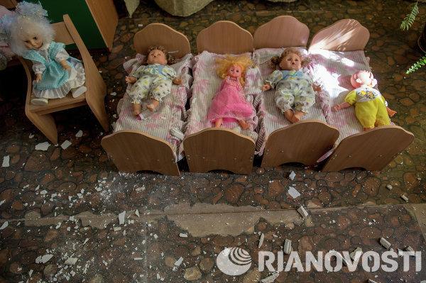 Брошенные игрушки в разрушенном в результате артиллерийского обстрела украинскими военными детском саду в Славянске.