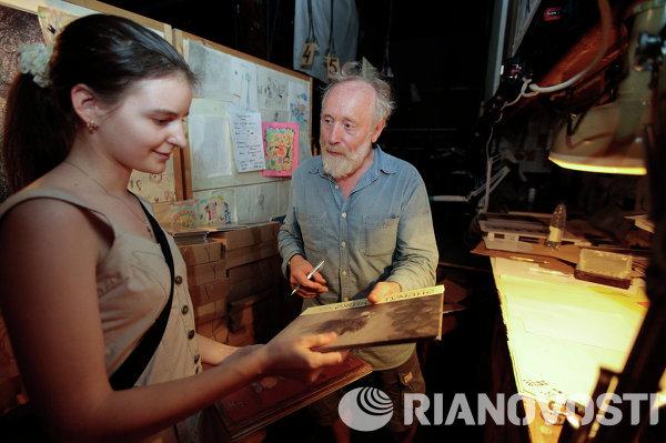Художник-мультипликатор Юрий Норштейн продает и подписывает свои книги всем желающим