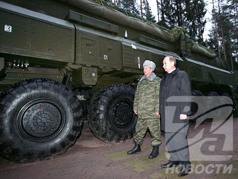 Путин осматривает оружие XXI века